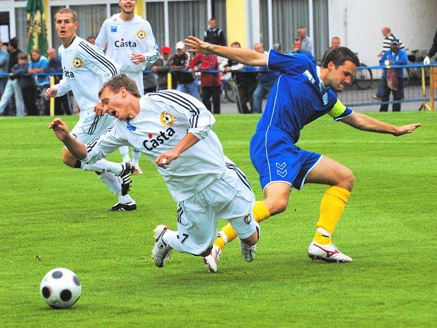 Ve šlágru kola hraje v sobotu druhý Písek ve Vlašimi s domácím lídrem ČFL. Na snímku z podzimního utkání obou týmů písecký Malý padá po střetu s Vořechovským.