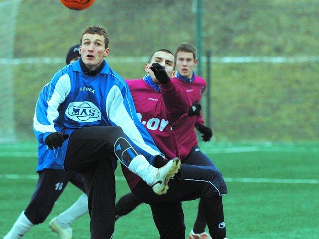 Tomáš Mašek, jenž ještě na podzim oblékal dres juniorky Dynama, hájil v Písku v zápase S. Ústí – Dynamo B (3:1) barvy vítězného týmu: na snímku přehlavičkoval Jiřího Průšu.