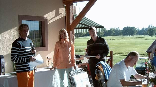 V rámci oslav města Hluboká nad Vltavou byl odehrán i golfový turnaj. Na snímku předávají Matěji Bízkovi (vpravo) ocenění za výkony manažer Antonín Loužek s Kristýnou Tomáškovou.