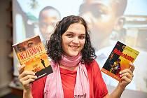 Hana Hindráková, cestovatelka a dobrovolnice, píše knihy z afrického prostředí. Nyní pořádá i online besedy.