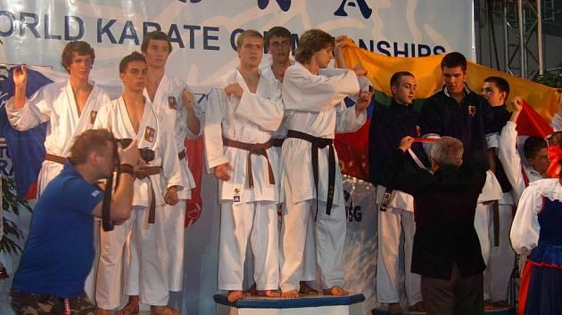 Karatista SKP České Budějovice Vojtěch Kovalík  (vlevo) okusil na stupních vítězů na šampionátu v Polsku  pocit vicemistra světa.