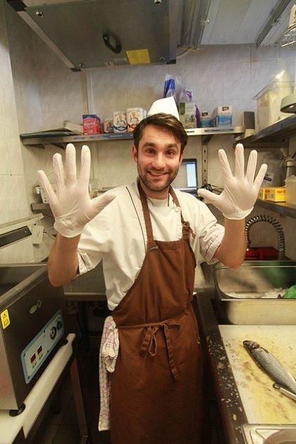 Redaktor Deníku si vyzkoušel práci kuchaře.