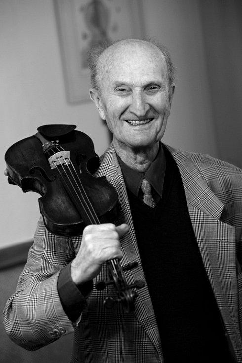 Ladislav Havel, jihočeská legenda, která naučila hrát na housle stovky žáků včetně Pavla Šporcla, slavil 22. května 2015 své 90. narozeniny. V tomto věku stále hrál a skládal písně.