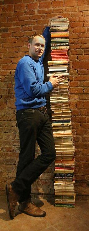 Štáb českobudějovického festivalu Literatura (ne)žije chystá druhý ročník. Stejně jako loni mu předchází sbírka knih, kdy mohou lidé nepotřebné svazky nosit do kavárny Měsíc ve dne. Na snímku u rostoucí sbírky Vojtěch Nárovec.
