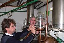 Destilační zařízení musí být kvůli kontrole výroby destilátu osazeno plombami. Snímek je z rudolfovské palírny.