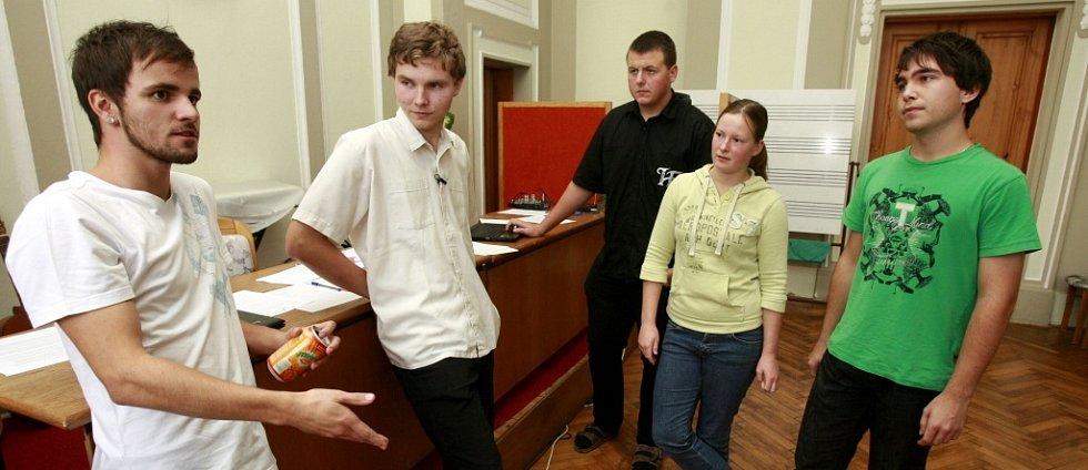 Na třeboňském gymnáziu vznikla petice proti jmenování Vítězslavy Baborové z komunistické strany krajskou radní pro školství a kulturu. Na snímku agitátoři demonstrace proti Baborové.