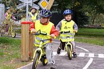 Děti řádí na novém dopravním hřišti