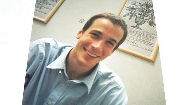 Tragickou nehodu, jejíž obětí se stal Tomáš Vaněk (ba snímku), připomíná turnaj v košíkové