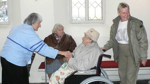 """""""Jsem tu letos poprvé,"""" zmínila v kapličce v Úsilném Marie Kočerová ze Římova (sedící vpravo), kterou doprovázela její dcera Hana Haladová. Svatováclavskou pouť, spojenou se setkáním rodáků, provázely srdečné stisky rukou."""