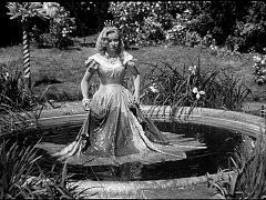 Koupel princezny Krasomily se natáčela na Hluboké. Kruhová kašna se dodnes nachází v dolní zahradě zámku.