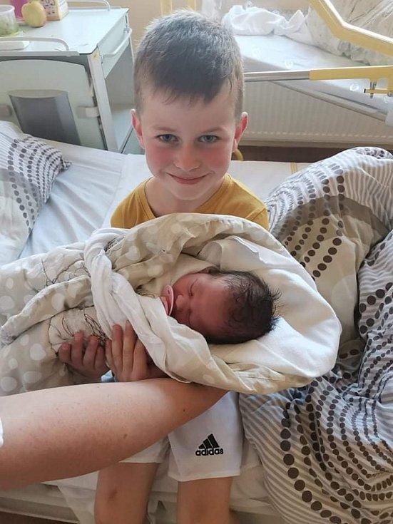NELA NOVÁKOVÁ, VITĚJOVICE. Narodila se v pondělí 7. září ve 21 hodin a 50 minut v prachatické porodnici. Vážila 3180 gramů.Má brášku Alexe (5 let). Rodiče: Petra Bankovová a Petr Novák.