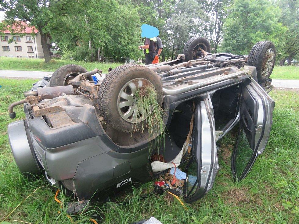 Auto skončilo mimo silnici na střeše.