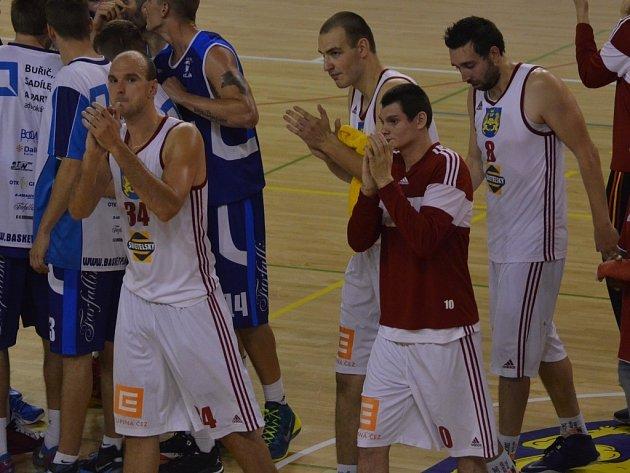 PO ZÁPASE. Zleva Pavel Novák, Petr Šlechta, Tomáš Vošlajer a Stanislav Zuzák děkují příznivcům po vítězném utkání.