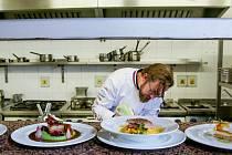 Husa konfitovaná na sádle a jablkách, červené zelí na rybízovém víně, bramborové knedlíky, to je recept šéfkuchaře Pavla Mináře z Parkhotelu Hluboká nad Vltavou a Lovecké chaty.