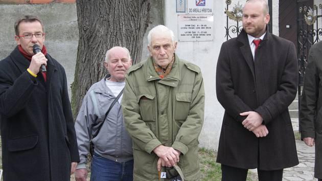 V Boršově vysvětili a znovu zavěsili ukradený zvon. Na snímku uprostřed František Štika.