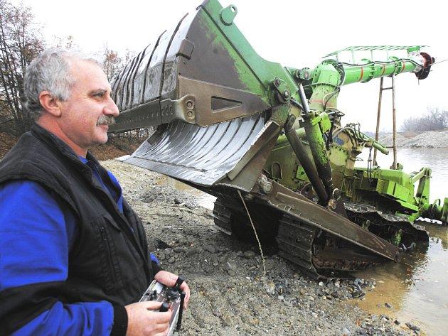 Až sto tisíc tun zeminy ze dna Vltavy vyhrabe do dubna příštího roku podvodní bagr patřící společnosti Povodí Labe Pardubice.