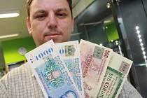 Numismatik Roman Dobiáš otevřel obchod v Českých Budějovicích, kde si za současné bankovky pořídíte ty, které platily dřív v bývalém Československu.