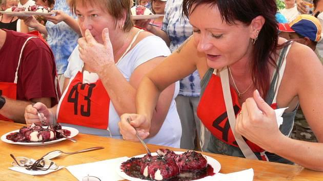 Tradičním lákadlem borovanského borůvkobraní je soutěž v pojídání kynutých borůvkových knedlíků.  Už nyní se do soutěže přihlásila čtyřicítka jedlíků.