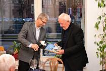 Odborník na českobudějovické domy Jan Schinko měl křest a autogramiádu nové knihy, druhého dílu titulu Putování městem České Budějovice.
