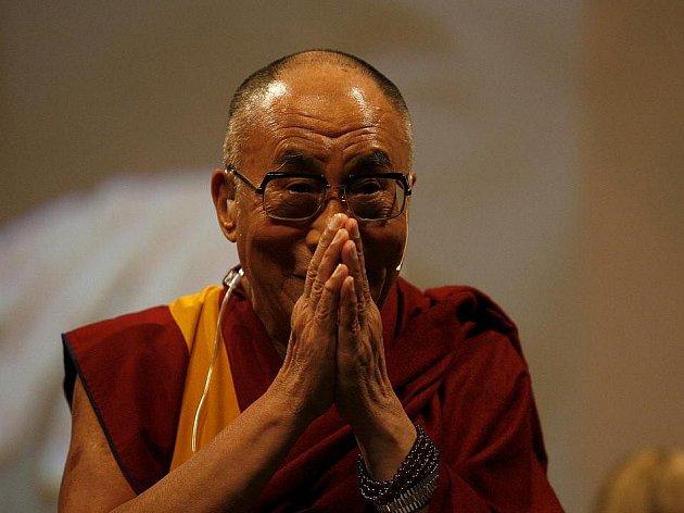 Tibetský duchovní vůdce Tändzim Gjamccho 14. dalajláma převzal v Pasově cenu Lidé v Evropě v Hale tří zemí téměř před třemi tisíci přihlížejícími