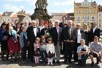 Manželé Věra a Eduard Wipplingerovi (uprostřed) oslavili diamantovou svatbu.