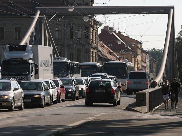 Doprava na Dlouhém mostě.