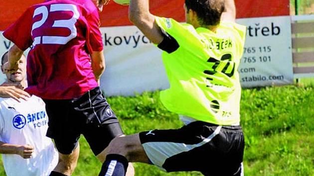 Ani z této Ondráškovy hlavičky gól nepadl, brankář Ticháček reflexivně míč vyrazil: Dynamo B – Plzeň B 0:2.