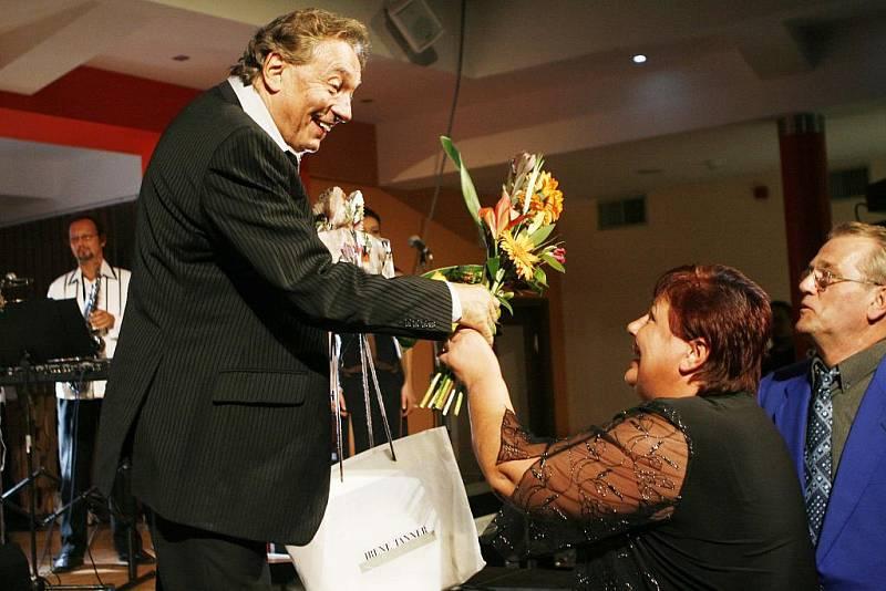 Na závěr charitativního koncertu ve prospěch prachatického hospice potěšili Karla Gotta jeho fanoušci a fanynky květinami i originálními dárky