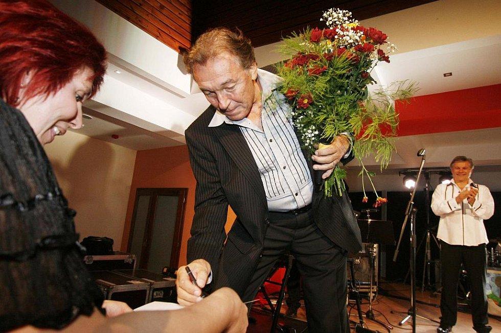 Karel Gott zazpíval bez nároku na honorář v prachatickém Národním domě na podporu tamního hospice