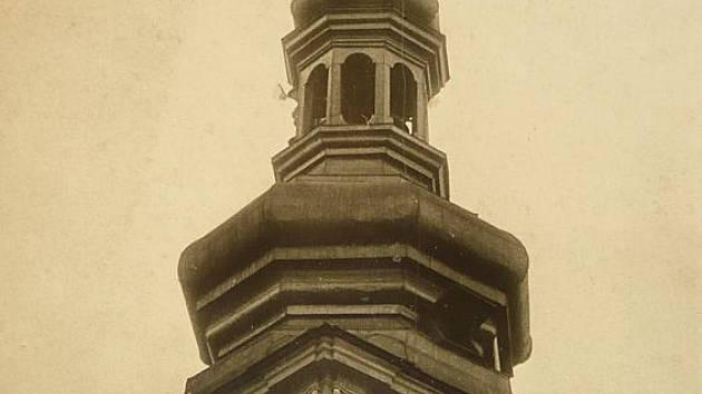 Tři muži sundavají 5. května 1945 hákový kříž z věže českobudějovické radnice.