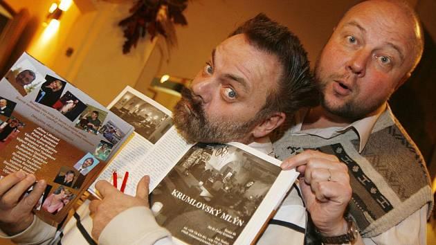Knihu Příběhy slavných hostinců pokřtili v budějovické restauraci Masné krámy herci Václav Upír Krejčí a Milan Šimáček.