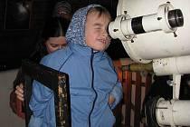 Dalekohled. Českobudějovická hvězdárna uspořádala v sobotu celodenní program pro děti i dospělé. Na snímku se seznamuje s hvězdářským dalekohledem šestiletý Matěj Kaňka