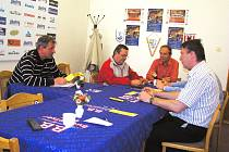 Vedení nejlepšího jihočeského klubu se sešlo na bojové poradě před prvním zápasem: (zleva) prezident klubu Jan Diviš a členové výboru Čadil, Tupý, Scheichl (v zákrytu) a Novák.