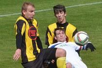Třeboňský Tomáš Maxa v divizním utkání s Milevskem bojuje se Suchanem a Sedlákem. O víkendu fotbalové soutěže v kraji pokračují.