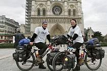Paříž. Francií projížděla dvojice na počátku roku 2005, tedy v závěrečné fázi své dlouhé cesty. Poté směřovala do Belgie a Nizozemska.