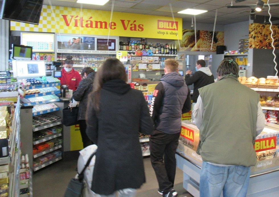 Lidé v neděli nakupují na čerpacích stanicích či autobusovém nádraží.