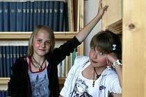 Hudební talenty. Nikola Pöschková (vlevo) a Žaneta Součková z Malont zpívají ve skupině Zasepozdě.