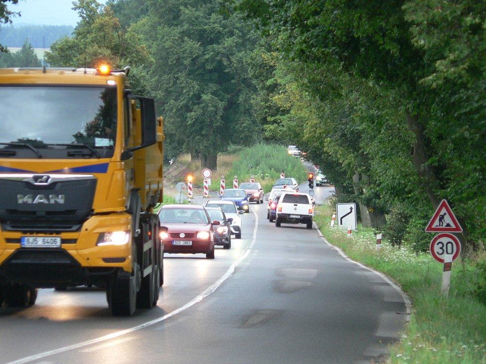 Obchvat u Strážkovic a most u Trocnova už se zřetelně rýsují. Obě investice vznikají v režii Jihočeského kraje. Současná silnice na Trhové Sviny u Strážkovic.