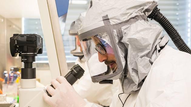 Mikrobiologická laboratoř s vysokým stupněm zabezpečení BSL-3.