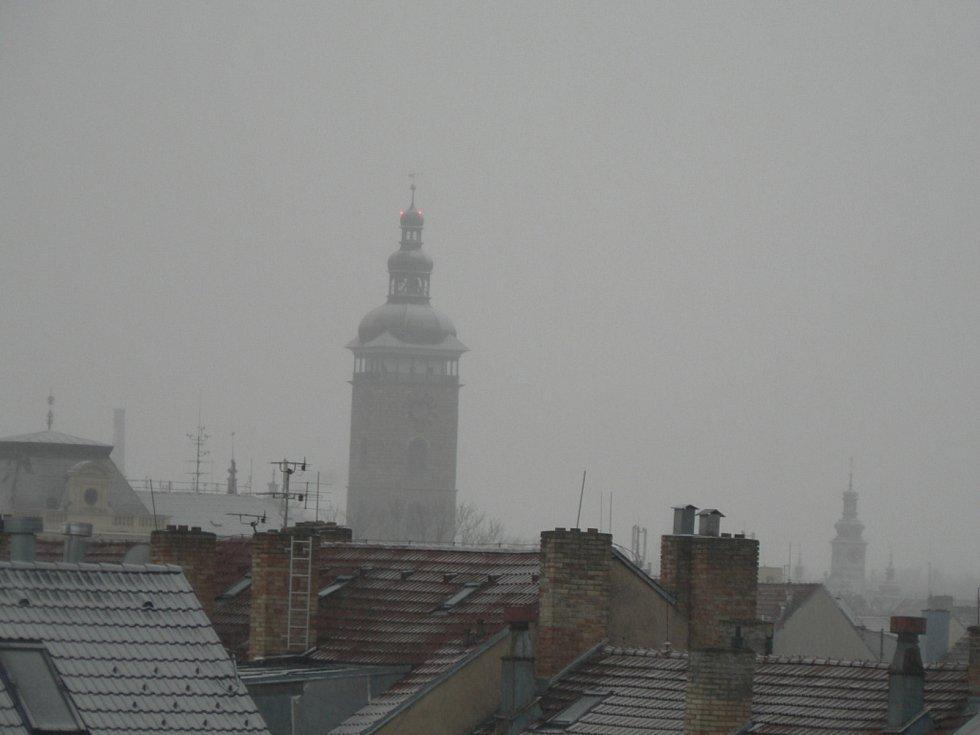 V sobotu 30. ledna 2021 přišlo do jižních Čech sněžení a nedělní ráno bylo bílé. Pohled na Černou věž v sobotu večer.