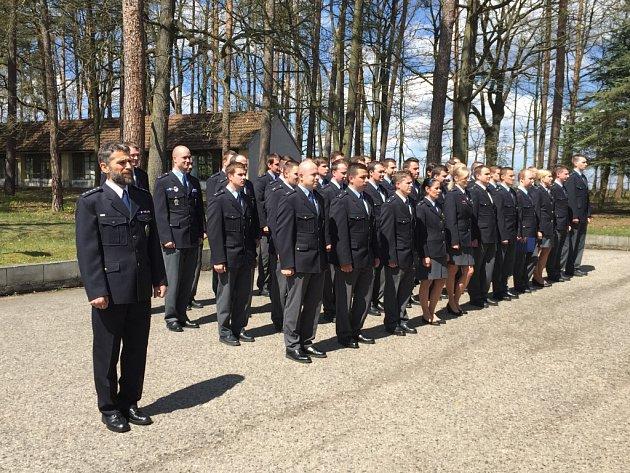 Desítky  policejních studentů v pátek v Lišově  ukončily přípravu a míří do ulic pomáhat a chránit.