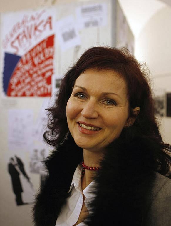 Monika Němcová, studentská vůdkyně z Listopadu 1989, na výstavě fotografií ze sametové revoluce ve výstavní síni budějovické radnice.