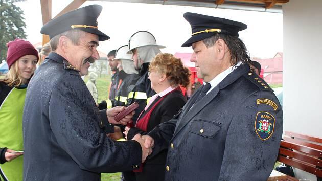 Otevření sportoviště spojili Strážkovičtí s oslavami 100 let republiky.