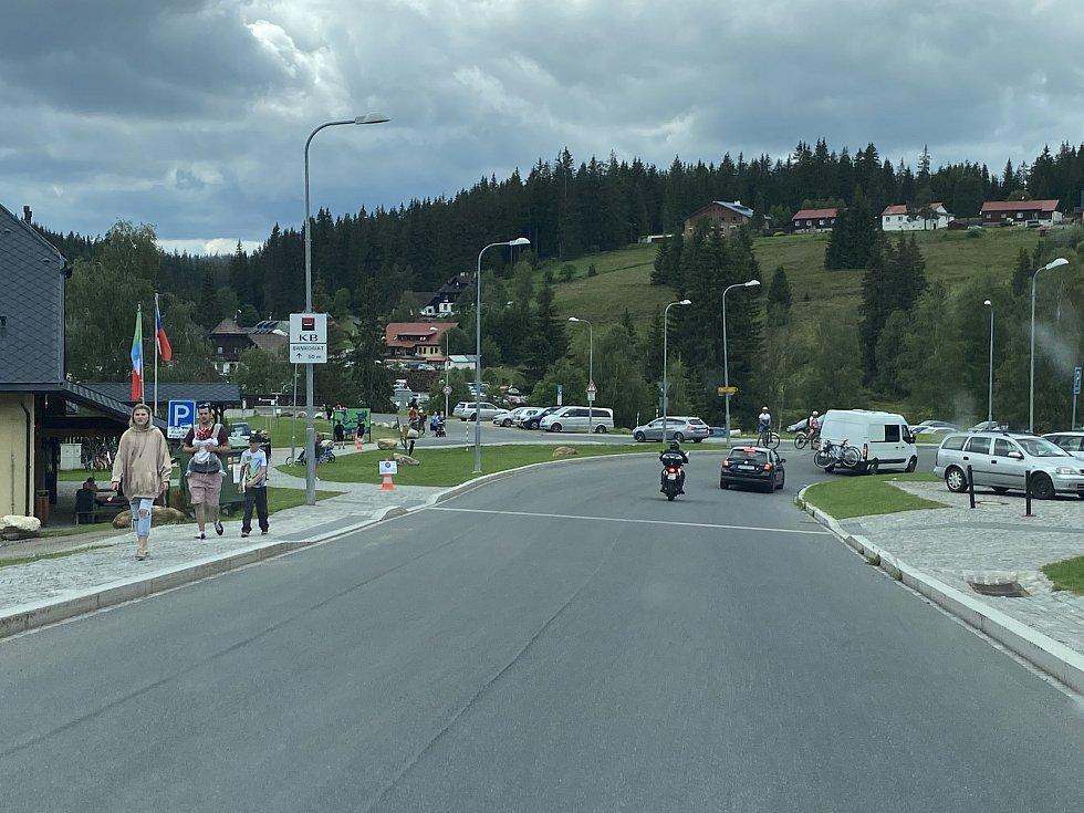 Návštěvnost Šumavy je letos mnohem vyšší vlivem koronavirové krize, takto to vypadá v obci Modrava.