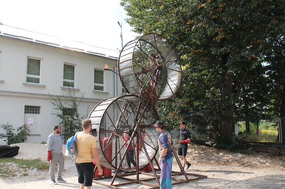 """Maker Faire nebo li přehlídka různých vynálezů přitáhla v sobotu od deseti hodin do českobudějovické """"Žižkárny"""" davy návštěvníků."""