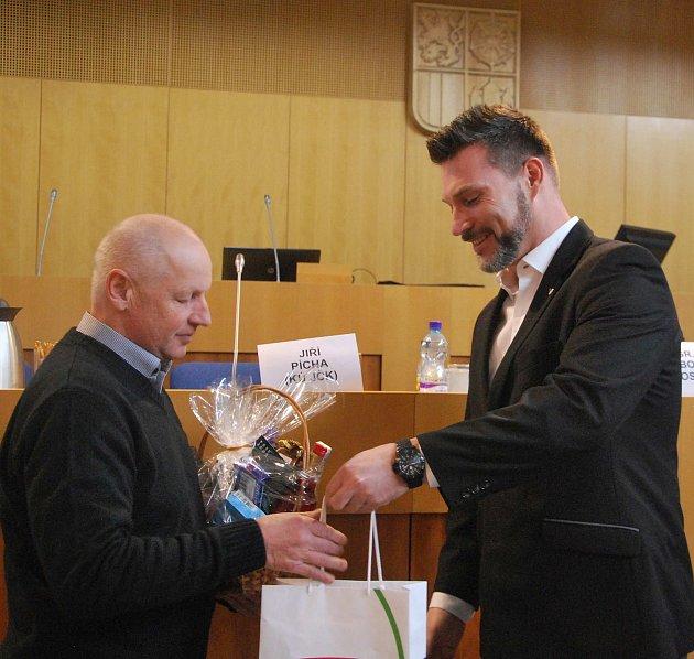 Krajský radní pro dopravu Jiří Švec gratuluje Miroslavu Pilečkovi.