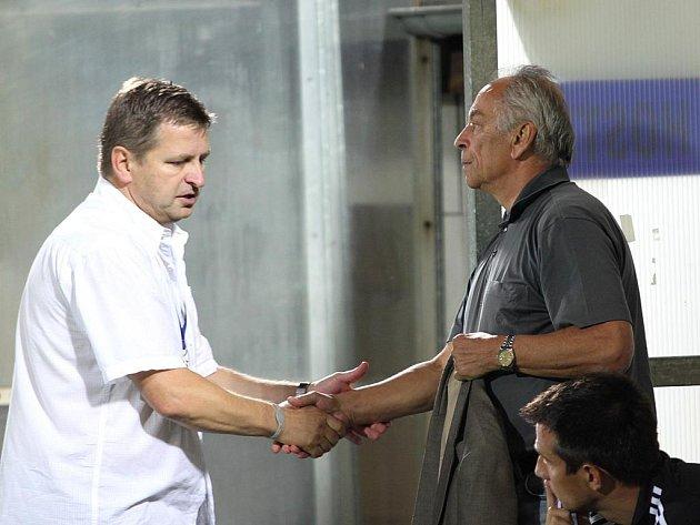 František Cipro (vpravo) blahopřeje v Uherském Hradišti svému protějšku Miroslavu Soukupovi k vítězství.
