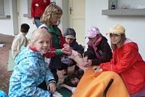 Mladí zdravotníci se pustili do ošetřování raněných.