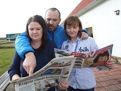 """Iveta Grillová (vlevo), Linda Petrášková na snímku se sportovním redaktorem Kamilem Jášou.Linda Petrášková: """"Udělali jste mi velikou radost tím, že jste přivezli Deník do naší hospody. Mile jste mě překvapili, budu mít o moc lepší náladu."""""""
