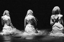 Snímek z napínavého představení, které reflektuje rozpor ve vnímání světa muže a ženy, spor rozumu a srdce a konflikt racionality a intuice.